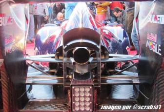La trasera del Toro Rosso STR9 con la carrocería del compartimento motor abierta para la refrigeración y con el monkey sit situado sobre la salida del escape