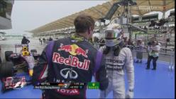 Saludo entre Vettel y Hamilton, que mañana lucharán desde la primera fila. Foto: SkySports F1.