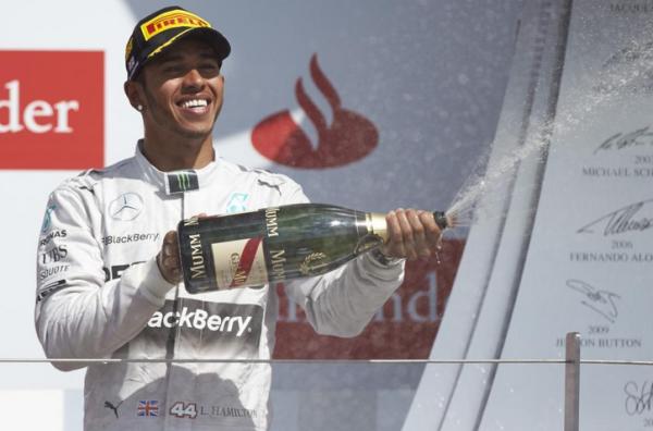 Lewis Hamilton en el podio. Tomado de la cuenta de twitter de HAM